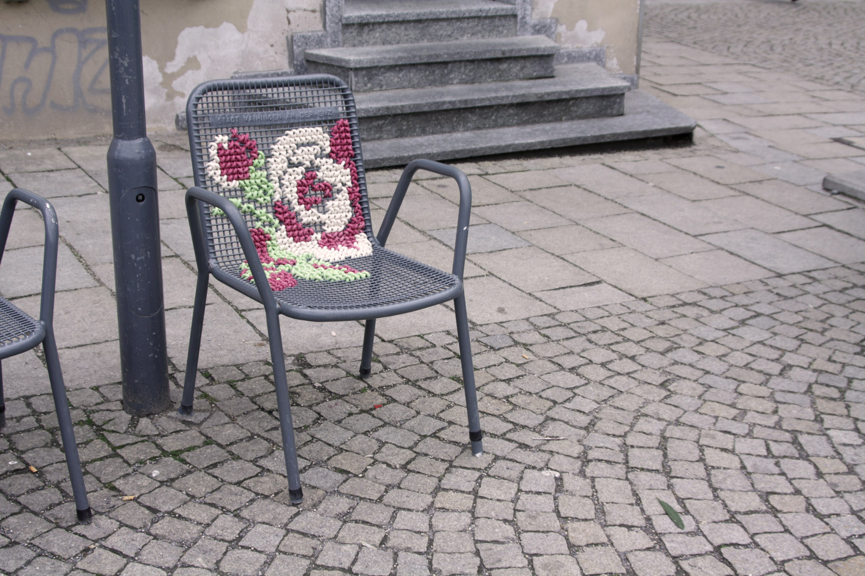 celik-metal-nakis-isleme-polipropilen-kamusal-yarn-bombing-koltuk